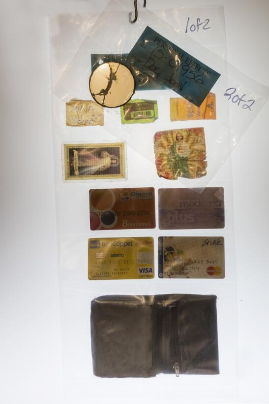 Tarjetas de crédito y estampas religiosas son algunos de los objetos per...