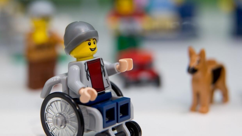 Lego presenta figura en silla de ruedas en la Feria del Juguete en Alema...