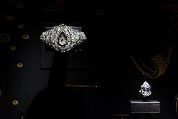 El reloj esta cubierto por diamantes y tiene un precio de 40 millones de...
