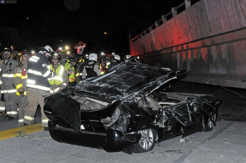 Al conductor de este carro, un puente en Guayaquil le cayó encima.