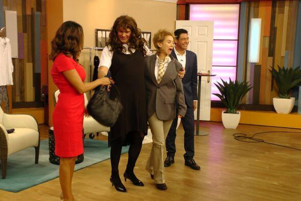Alan también disfrutó este momento con un vestido negro y una bolsa que...