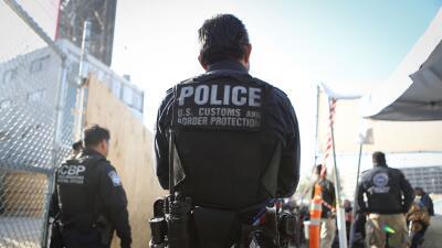 Un agente migratorio estrangula a viajero en la frontera y ahora enfrenta hasta 10 años de prisión