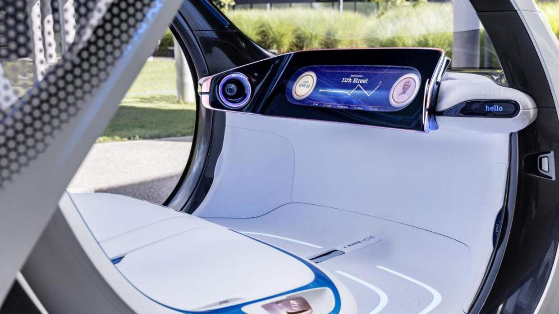 El interior sin volante del auto concepto Smart Vision EQ Fortwo present...