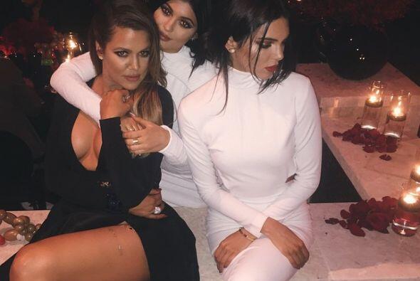 Y con sus hermanitas en la fiesta de los Kardashian.