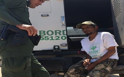 Uno de los inmigrantes rescatados por la Patrulla Fronteriza en el desie...