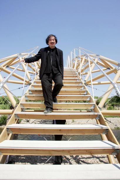 Incluso ha realizado proyectos como este puente, hecho completamente de...