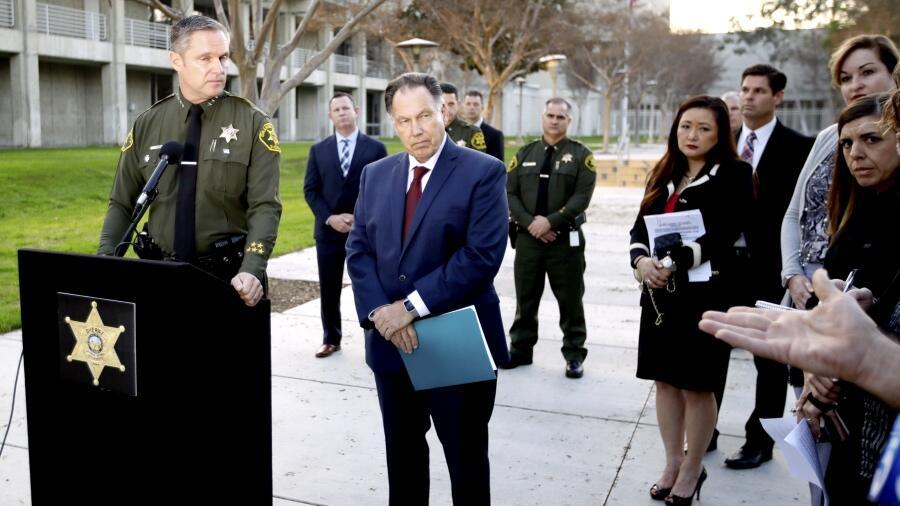 El subjefe del Sheriff de Orange, Don Barnes, y el fiscal de distrito, T...