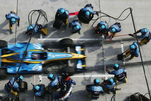 A mitad de temporada, Alonso logró la 'pole position' y el segundo puest...