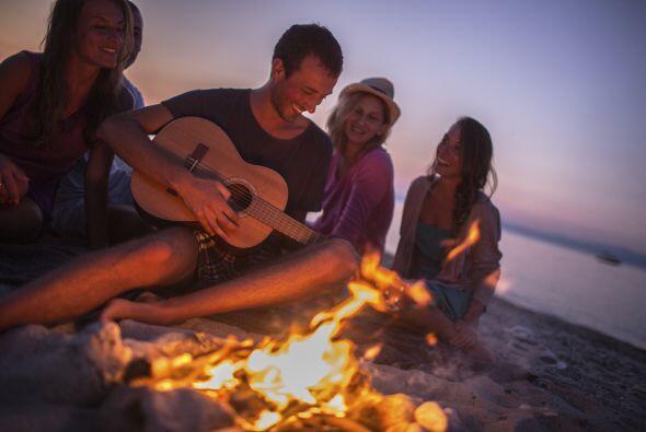 Si piensas invitar a mucha gente, considera hacer una fogata en la playa...
