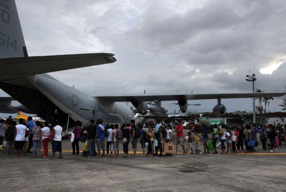 En el aeropuerto de Tacloban, una de las zonas más afectadas, res...