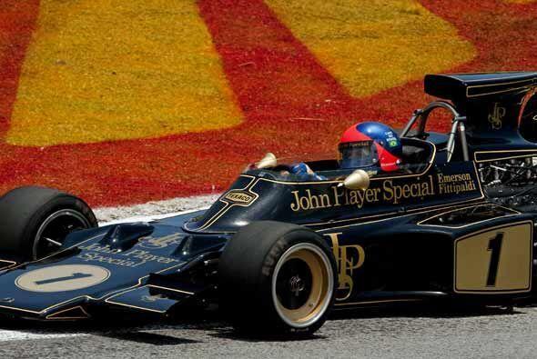 Antes de la carrera, el ex campeón brasileño Emerson Fittipaldi condujo...