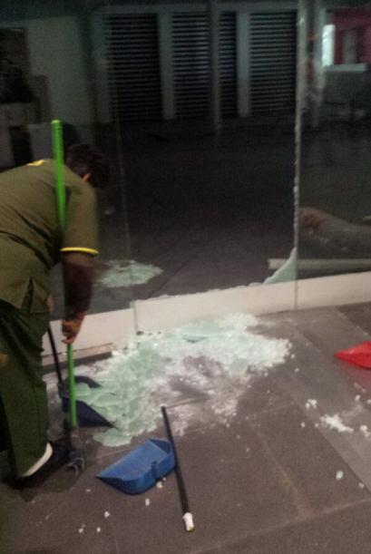 En algunos edificios se rompieron algunos cristales. Foto tomada de Twit...