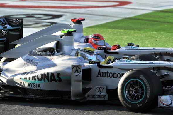 Schumacher y Rosberg tuvieron un duro duelo gran parte de la carrera.