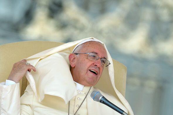 Parece que ésta vez el viento sí desesperó un poco al pontífice.