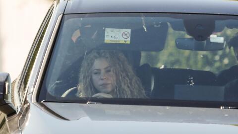 La tristeza es evidente en el rostro de Shakira, quien se ve obligada a...