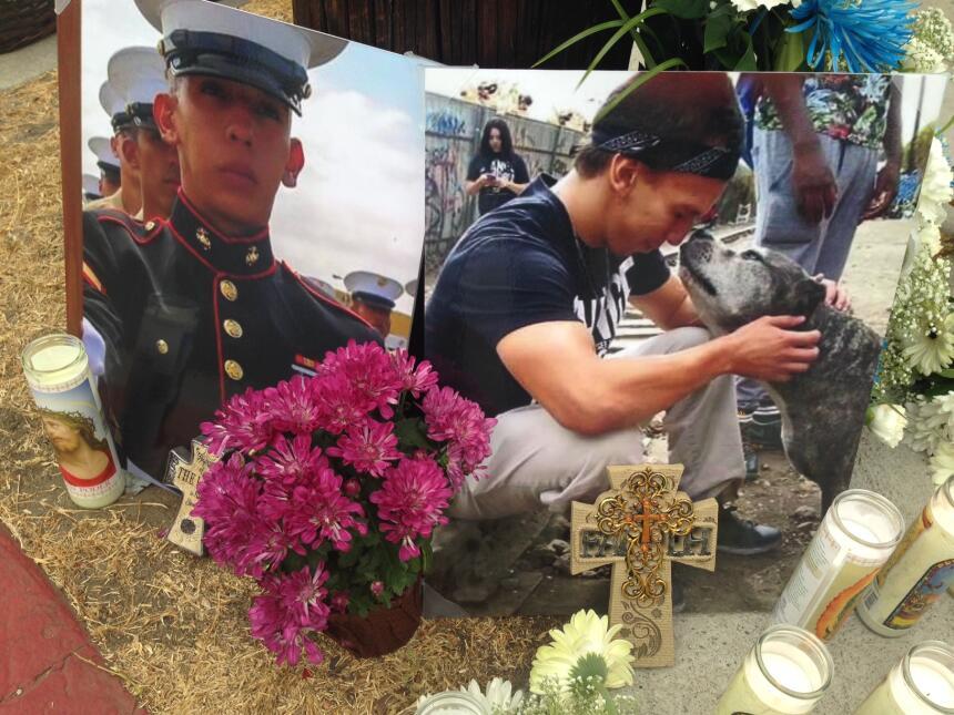 Dos fotografías recuerdan a Carlos Segovia en la esquina donde fue baleado.