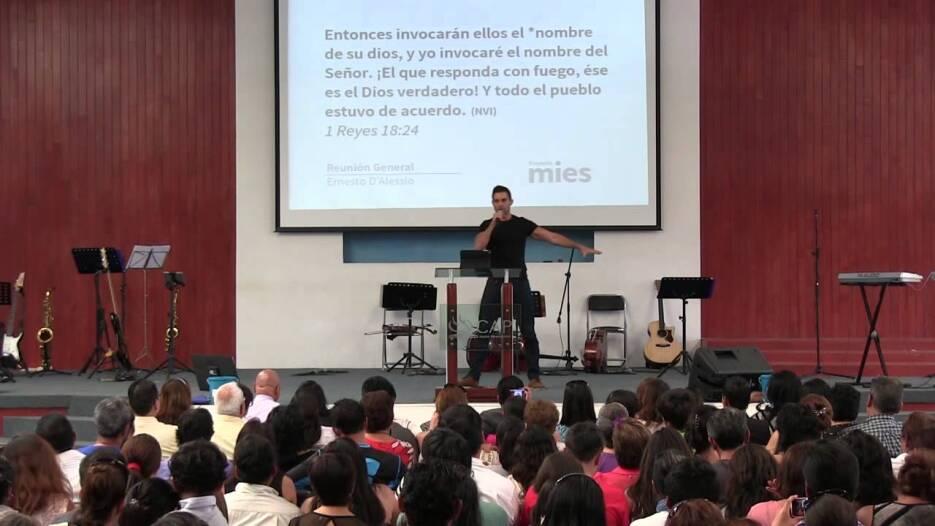 Ernesto D'alessio en la iglesia