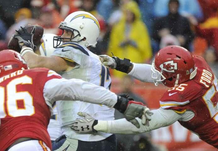 Dee Ford consiguió tres capturas llevando a los Chiefs a su séptima vict...