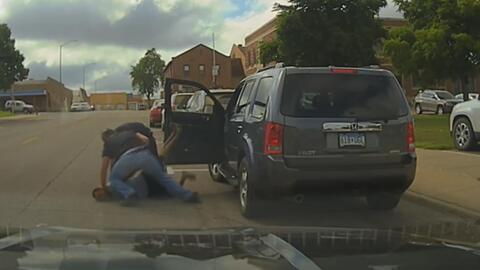 En video: La brutal golpiza que un policía da a un joven durante su arresto