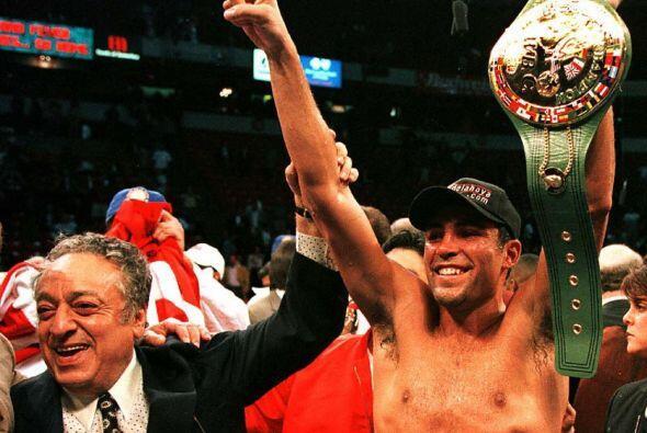 De la Hoya consiguió su cuarto cinturón ecuménico al vencer a Whitaker p...