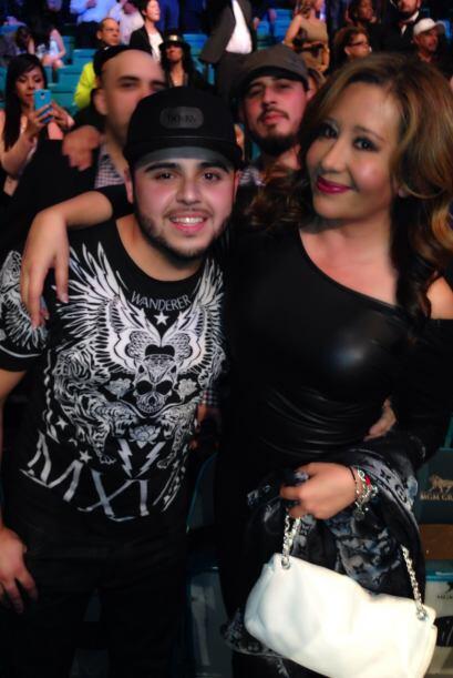 También se tomó la foto con Gerardo Ortiz.