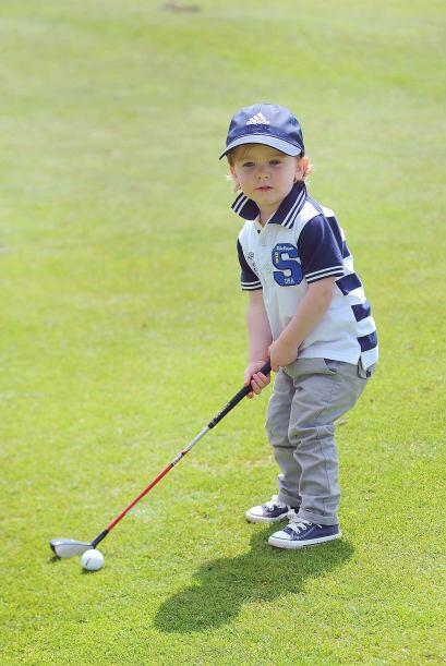 Conocido como 'el pequeño Tiger' puede golpear una pelota de golf unas 4...