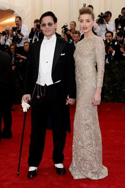 De pipa y guante fue como llegaron Johnny Depp y Amber Heard.
