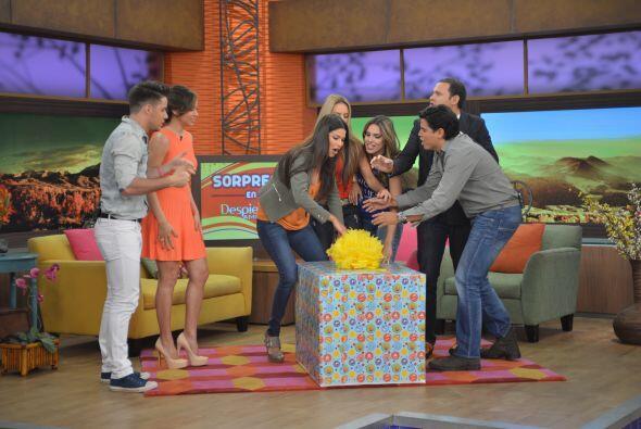 Cuando llegó, Ana Patricia corrió para abrirla y compartir con todos los...