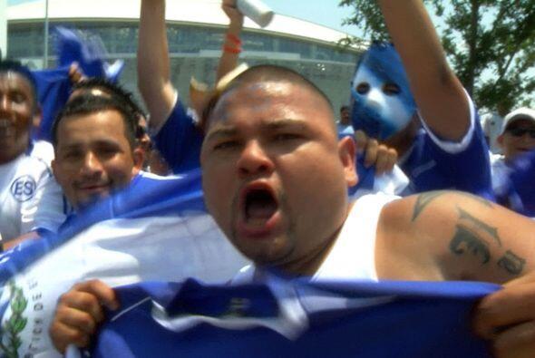 Algunos muestran su pasión por el fútbol con mucha euforia.