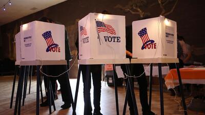 Abren banco de llamadas para incentivar que jóvenes hispanos voten en las elecciones de noviembre