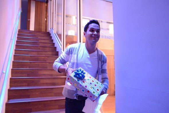 El colombiano entró a la Casa Estudio con su regalo, parecía un niño chi...