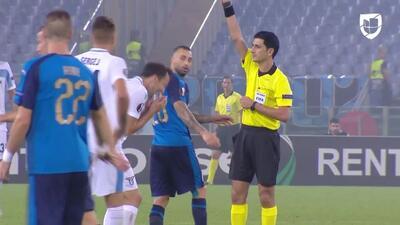 Tarjeta amarilla. El árbitro amonesta a Milan Badelj de Lazio