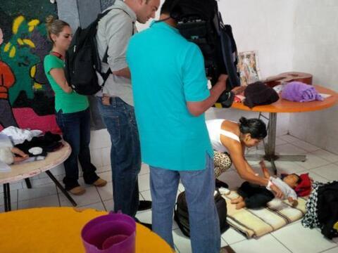 Nuestro equipo está entrevistando a madres, niños y otras...