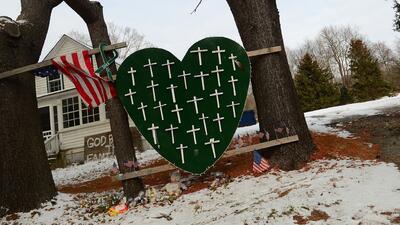 Un memorial a las víctimas del tiroteo de Sandy Hook, en Newtown, Connec...