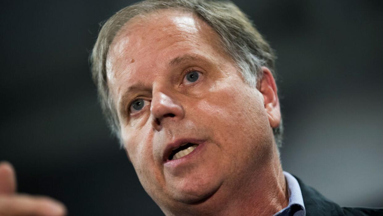 Doug Jones pidió a los votantes de Alabama apelar a la decencia y no vot...