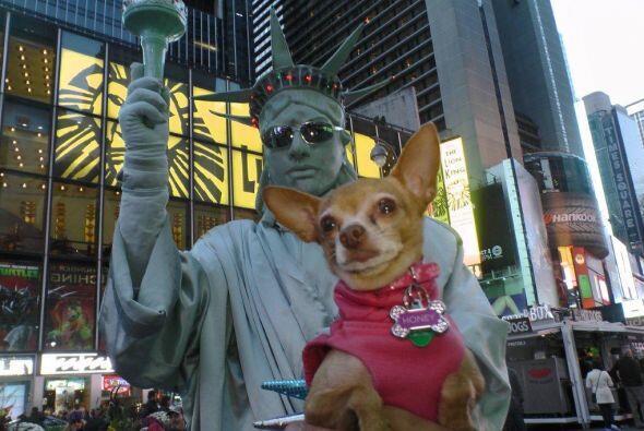 La Estatua de la Libertad quiso sacarse foto con Honey Berry.
