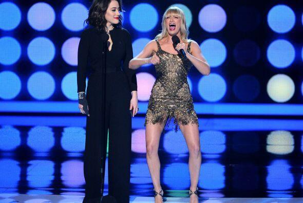 Kat Dennings y Beth Behrs regresaron al escenario para un segmento musical.