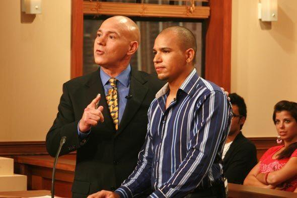 Juan, acompañado de su abogado, Alberto Milian, demanda 2 mil dólares po...