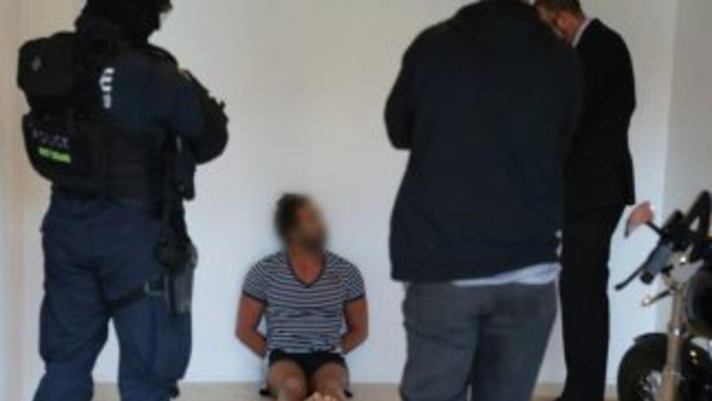 Agentes arrestan a un hombre en Sídney el viernes. (Policía de police)