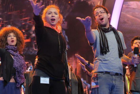Paloma y Raúl entonaron uno de los temas que cantarán en grupo.