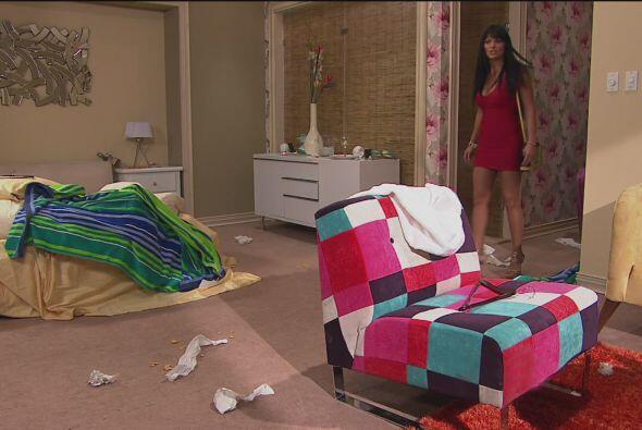 Cuando Martha Julia llegó a su habitación vio que estaba muy sucia y des...