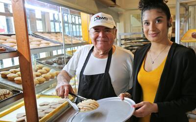 Don Trini  y su hija Jackie en la panadería La Casa Bakery, cerca...