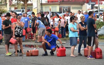 Personas hacen fila para comprar combustible en Arecibo, Puerto Rico.