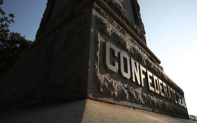 Un monumento confederado en Florida. En el caso del monumento vandalizad...