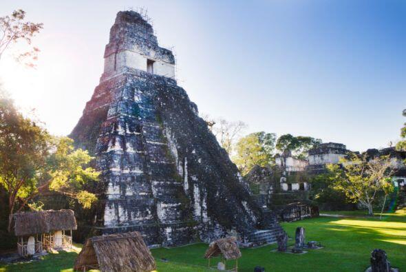 TIKAL Esta ciudad maya está ubicada en Guatemala. Sus pirámides y centr...