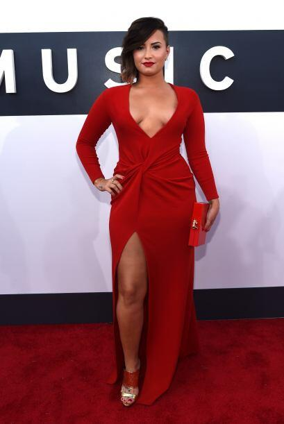 OMG! De rojo luce súper sensual. Demi es una diosa en toda la extensión...
