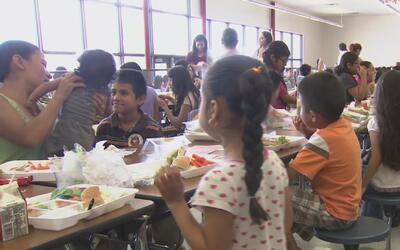 Distrito Escolar de Dallas ofrece un programa de comidas gratuitas duran...