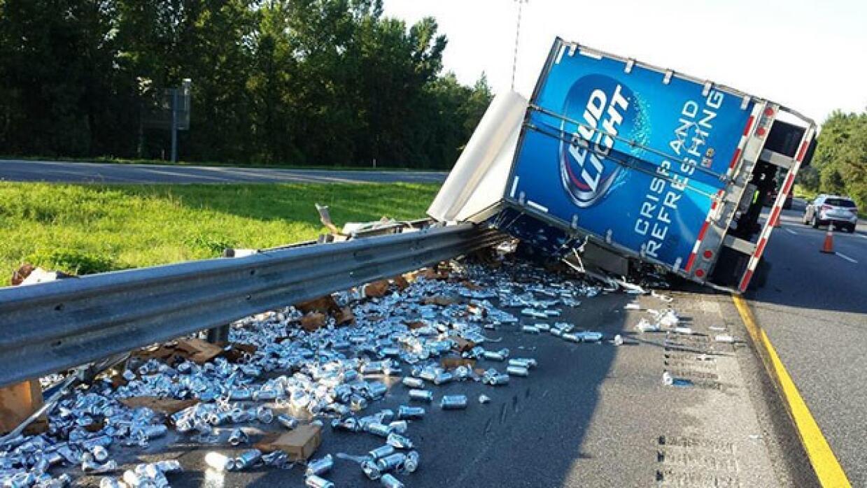 Se vuelca camión de cerveza