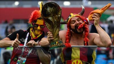 Colorido e intenso encuentro de hinchas de Francia y Bélgica en las semifinales