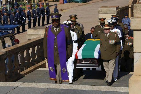 Varios oficiales trasladan el ataúd del expresidente sudafricano Nelson...